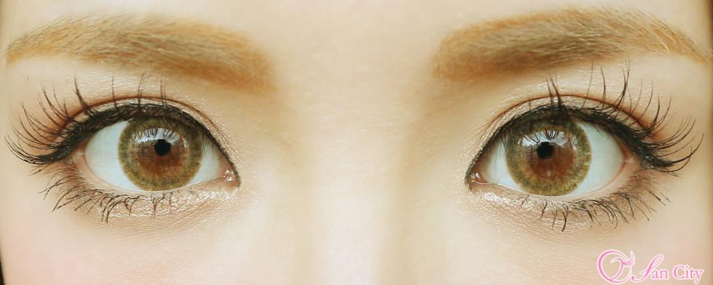 エリカ様のカラコンアクアベージュの両目装着画像